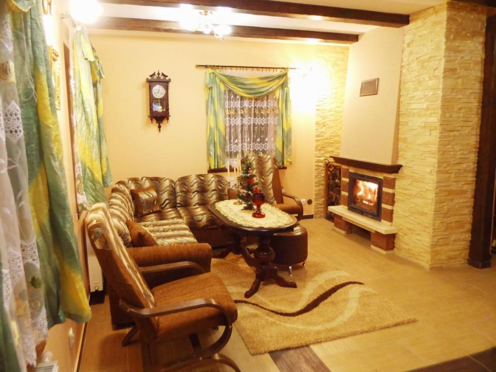 Mazurski Raj - salon z kominkiem i zestawem audio-wideo w apartamencie 1-Maja