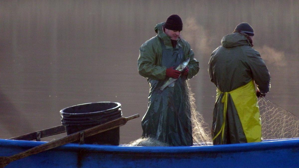 Rybacy łowiący ryby na jeziorze Czarna Kuta