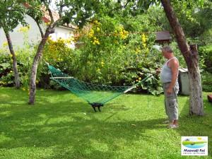 Sąsiad z kotkiem. Spalił się na czarno na tym hamaku?