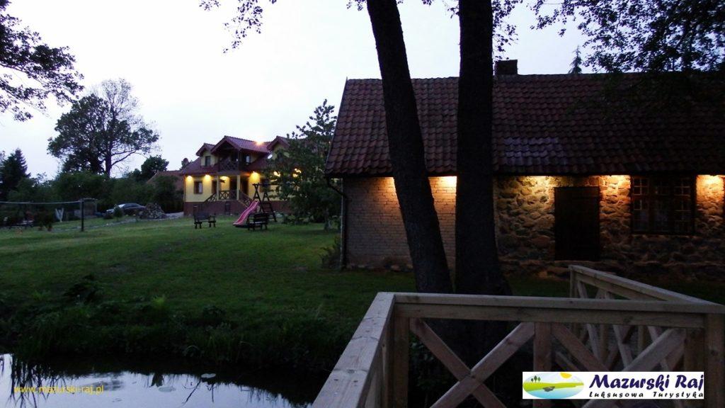 Oświetlone budynki domu i starej kuźni