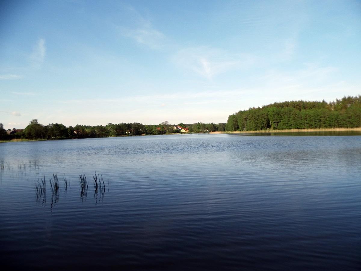 Widok na Mazurski Raj z brzegu jeziora Czarna Kuta
