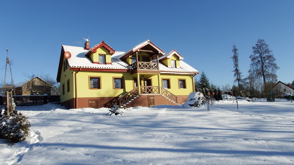 Widok na zaśniezony dom