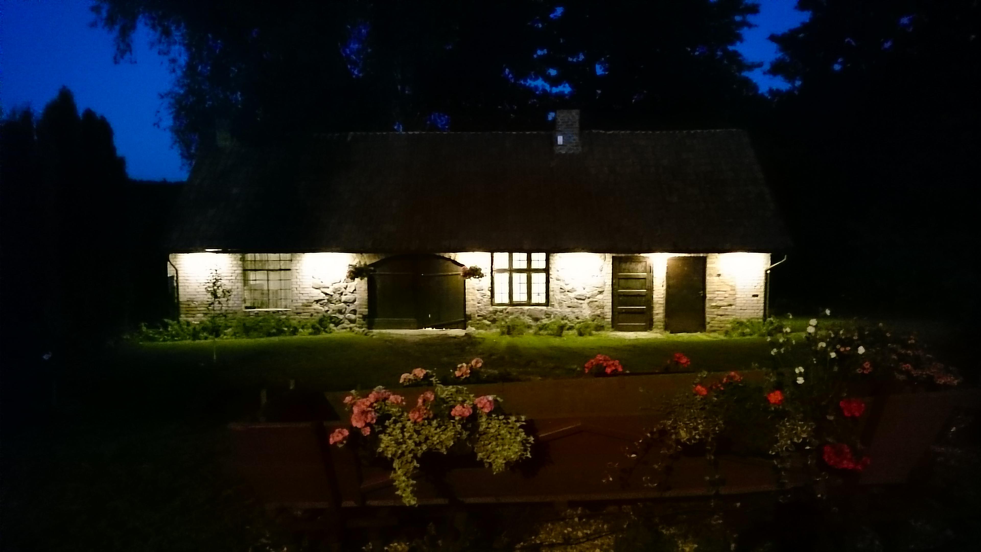 Iluminowany budynek kuźni w mazurskim Raju