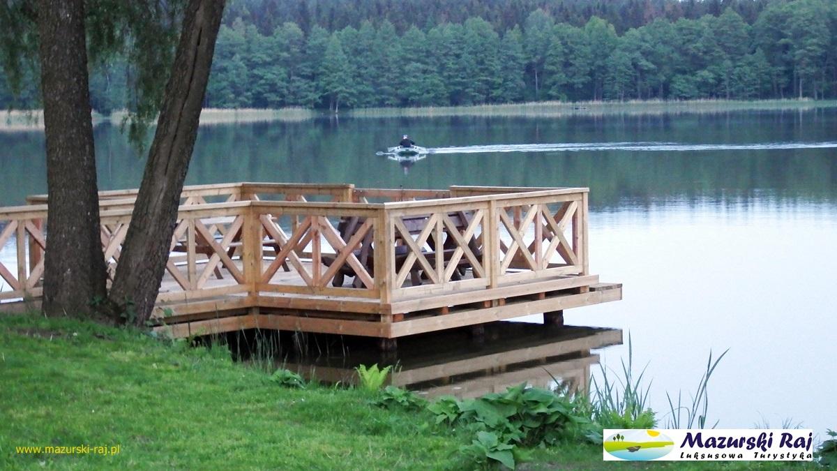 Widok na taras na jeziorze
