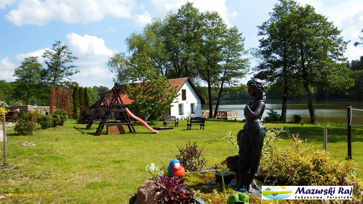 Widok na fontannę, plac zabaw, kuźnię i taras na jeziorze