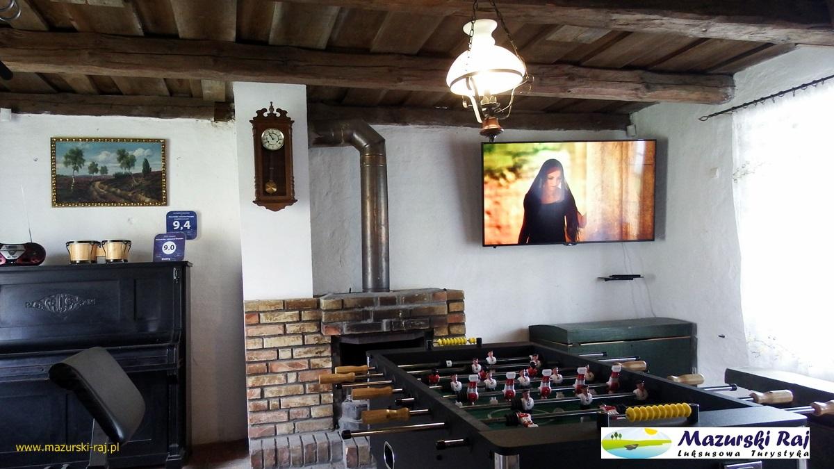 Wnętrze kuxni, telewizor, piłkarzyki, pianino