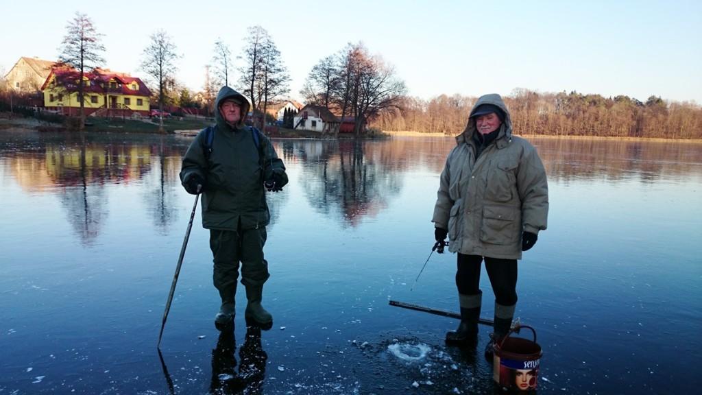 Nasi sąsiedzi w czasie przygotowania do połówów ryb spod lodu